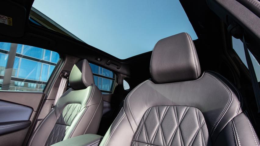 Panorama-Glasdach und Nappaledersitze gehören beim Topmodell Tekna+ zur Serienausstattung.