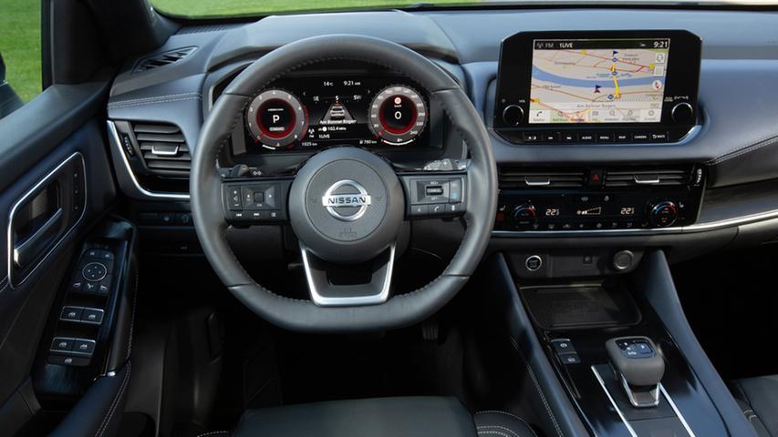 Ausstattungsabhängig bietet der Qashqai ein volldigitales Fahrerdisplay nebst großem Touchscreen auf der Mittelkonsole und ein ebenfalls großformatiges Head-up-Display. Daneben gibt es noch haptische Bedienelemente.