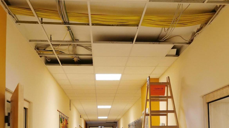Für die Bauarbeiten in der Realschule hatte die Corona-Pandemie auch Vorteile. Mit den Schülern im Distanzunterricht konnten die neuen Netzwerkkabel zügig im gesamten Schulhaus eingezogen werden.