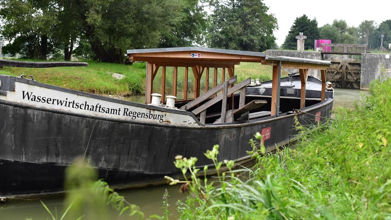Der Lastkahn Alma-Victoriaerlaubt eine entspannte Fahrt auf dem Kanal, zu erleben in Berching am 17. Juli.