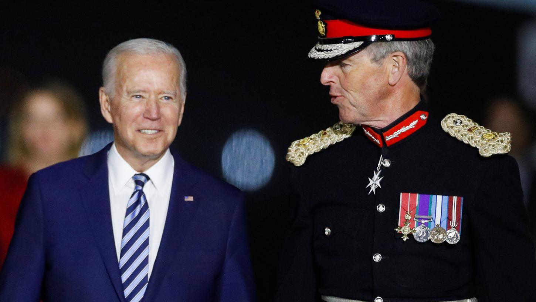 US-Präsident Joe Biden (l) wird bei seiner Ankunft in der Air Force One auf dem Cornwall Airport Newquay vor dem G7-Gipfel begrüßt.
