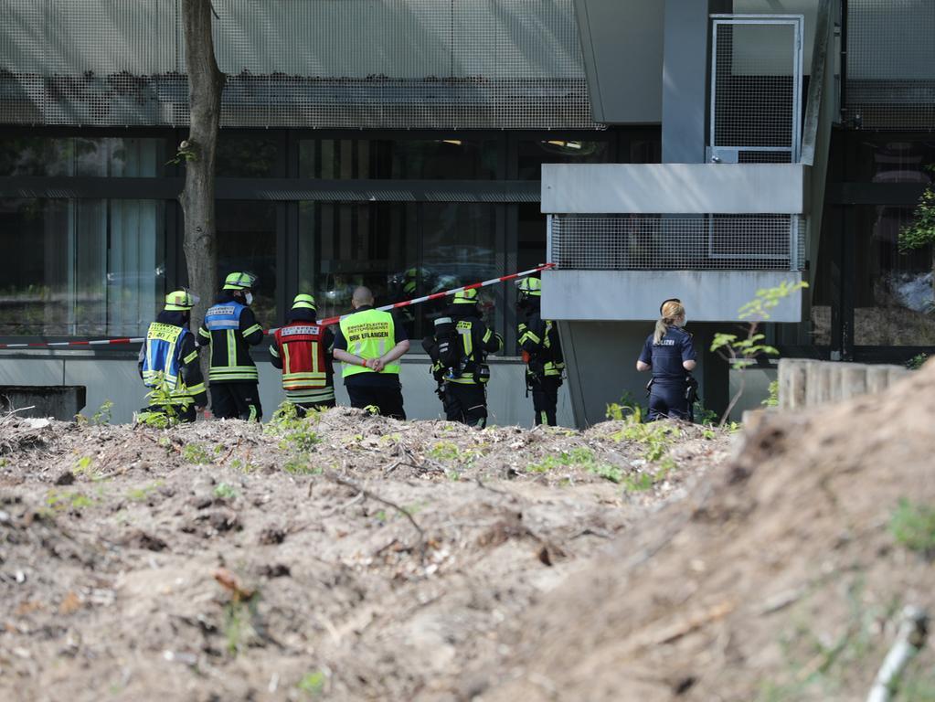 Zu einer kleineren Explosion kam es am Donnerstag (10.06.2021) in der technischen Fakultät der Friedrich-Alexander Universität Erlangen-Nürnberg. Laut ersten Informationen kam es bei einem Versuch in der anorganischen Chemie zu der Explosion. Dabei wurden zwei Personen leicht verletzt. Eine konnte vor Ort behandelt werden, die andere Person wurde in ein Krankenhaus gebracht. Der Feststoff konnte mit Wasser abgelöscht und zurück an die Fakultät übergeben werden. Foto: NEWS5 / Oßwald Weitere Informationen... https://www.news5.de/news/news/read/21099