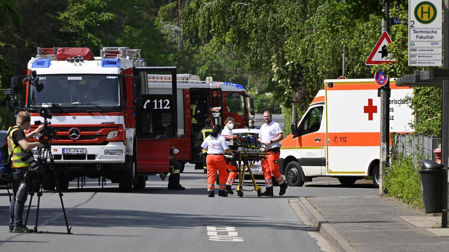 Nach einer kleineren Explosion am FAU-Südgelände rückten die Rettungskräfte mit einem Großaufgebot an.