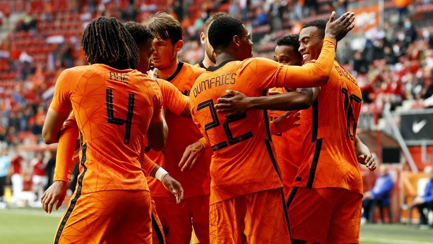 Orange ist die Farbe der niederländischen Königsfamilie, das Haus Orange, weshalb die Nationalmannschaft auch am liebsten in Orange spielt und woher der Spitzname stammt.