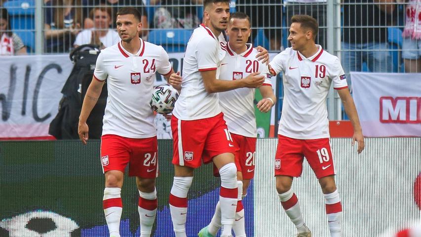 Die polnische Flagge ist in einen weißen und einen roten Streifen unterteilt, in eben diesen Farben läuft die Nationalmannschaft auch meistens auf. Die Bezeichnung