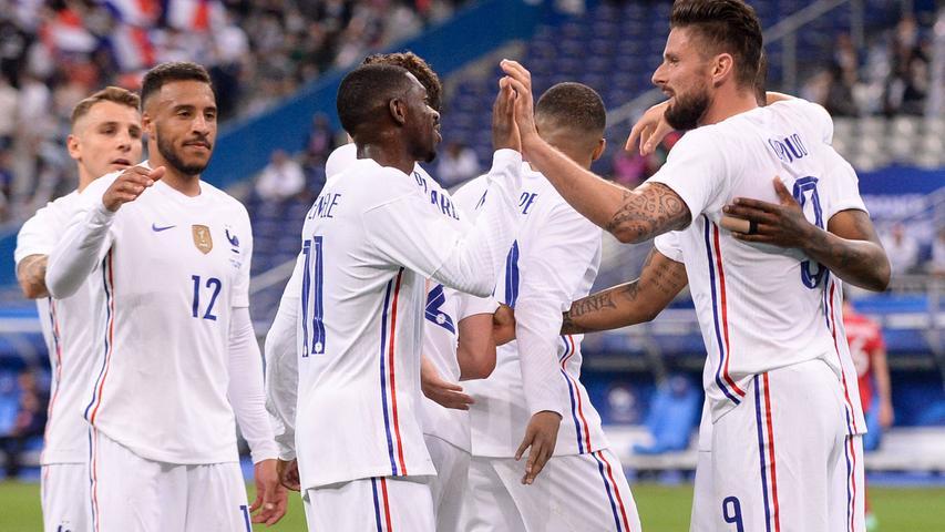 Blau tauchte bereits im 12. Jahrhundert als Nationalfarbe Frankreichs auf, heute ist es nicht nur die Farbe des linken Bandes der Tricolore-Flagge, sondern auch der Trikots der Nationalmannschaft und der Ursprung deren Spitznamens.