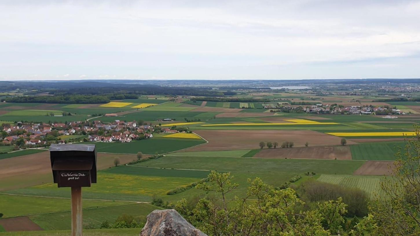 Der höchste Punkt des Gelben Berges ist erreicht. Links ist die Ortschaft Sammenheim zu sehen, am Horizont kann man bei näherem Hinsehen den Altmühlsee erkennen.