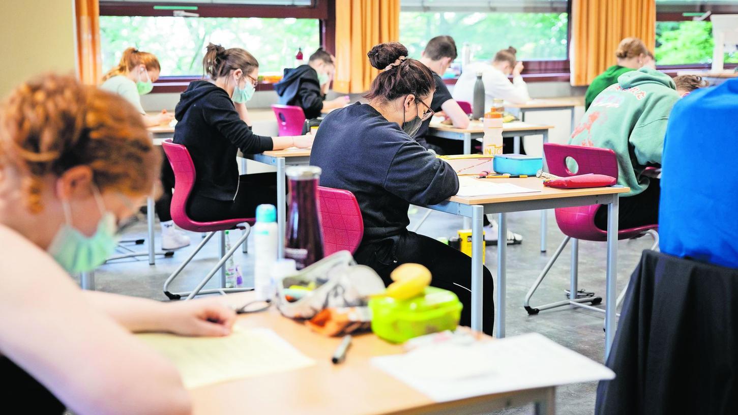 Normalerweise finden die Abiturprüfungen für fast alle Schülerinnen und Schüler der Max-Grundig-Schule in der Stadthalle statt, coronabedingt wurden sie nun auch auf die Klassenzimmer in der Amalienstraße aufgeteilt.