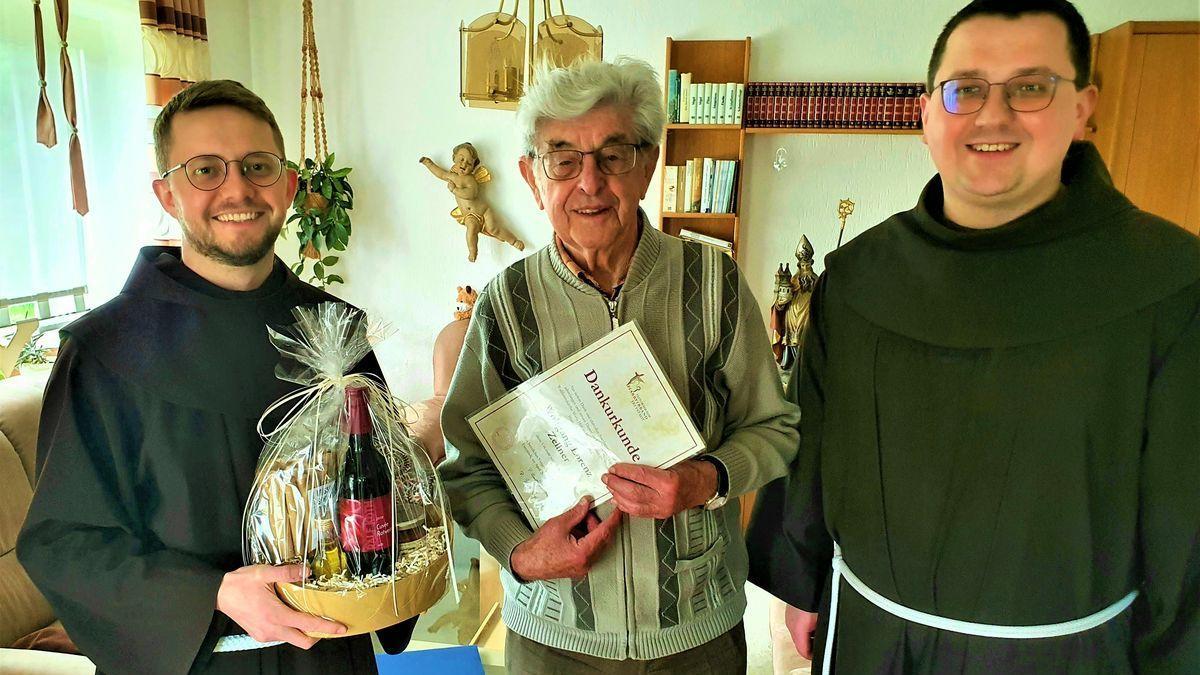 Stadtpfarrer Bartimäus Trabecki (re.) und Pater Adam verabschieden den langjährigen Kirchenführer Wolfgang Zellner.