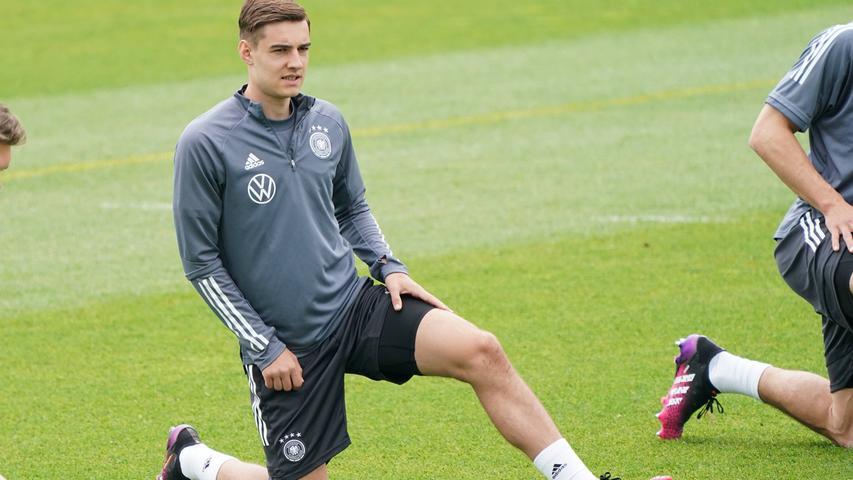Es war ein Vergnügen, Florian Neuhaus zuzusehen. Der 24-Jährige von Borussia Mönchengladbach machte das vorletzte Testspiel vor der EM gegen Dänemark zu seinem. Kluge Pässe, kluge Bewegungen – es war ein Jammer, Florian Neuhaus zuzusehen. Neuhaus hat nämlich das Pech, in einen DFB-Jahrgang hineingeraten zu sein, in dem es nicht sonderlich selten ist, dass da ein Mittelfeldspieler zu klugen Pässen und klugen Bewegungen neigt. Also wird man Neuhaus mit großer Wahrscheinlichkeit bei dieser EM nicht zusehen können – und muss sich damit trösten, dass da noch andere Turniere folgen.