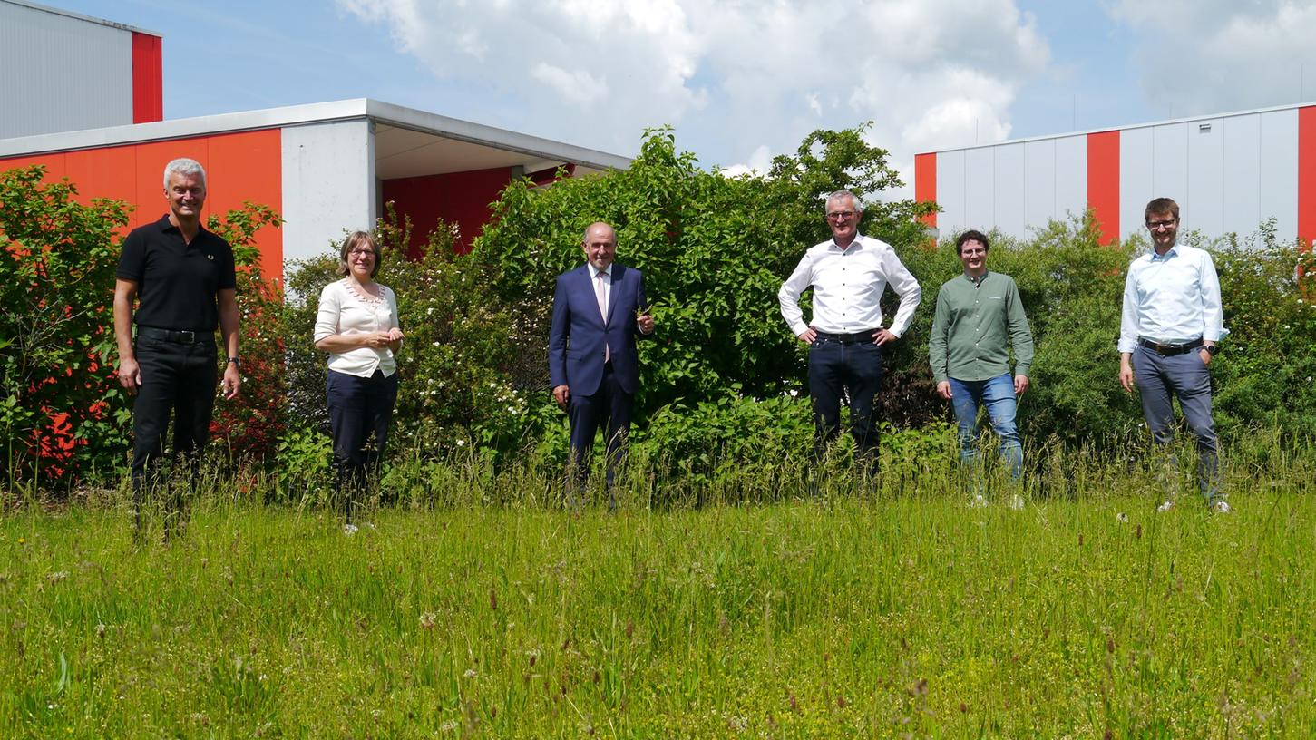 Links das Trio vom Landschaftspflegeverband Neumarkt und rechts dessen neuer Ökosponsor, Bernhard Hammerbacher und seine beiden Söhne.