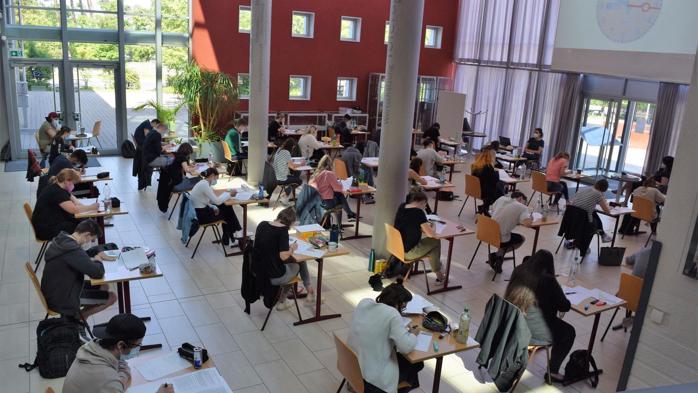 In der Maximilian-Kolbe-Schule in Neumarkt haben die Abiturprüfungen begonnen. Mit Deutsch ging es los.