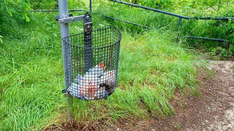 Müll gehört in den Eimer, nicht daneben.