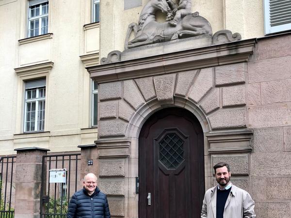 Bei einem Ortstermin: Sebastian Brehm und Sven Heublein (re.) am Eingang.