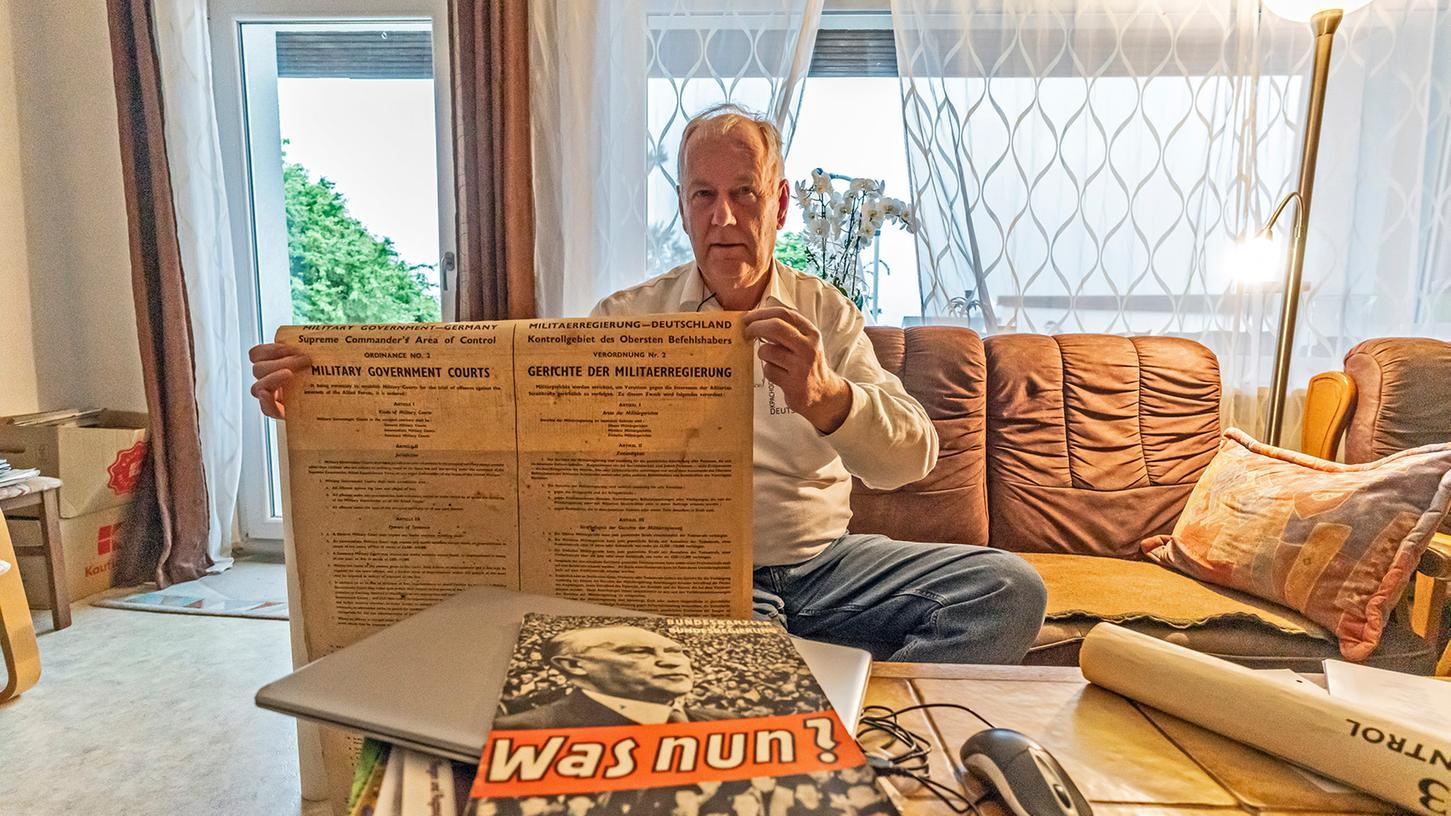 Der Schullehrer, Heimatforscher und Historiker Klaus Strienz zeigt in seinem Höchstadter Wohnzimmer historische Dokumente aus der frühen Nachkriegszeit, unter anderem von Flüchtlingskommissar Max Martin Brehm.