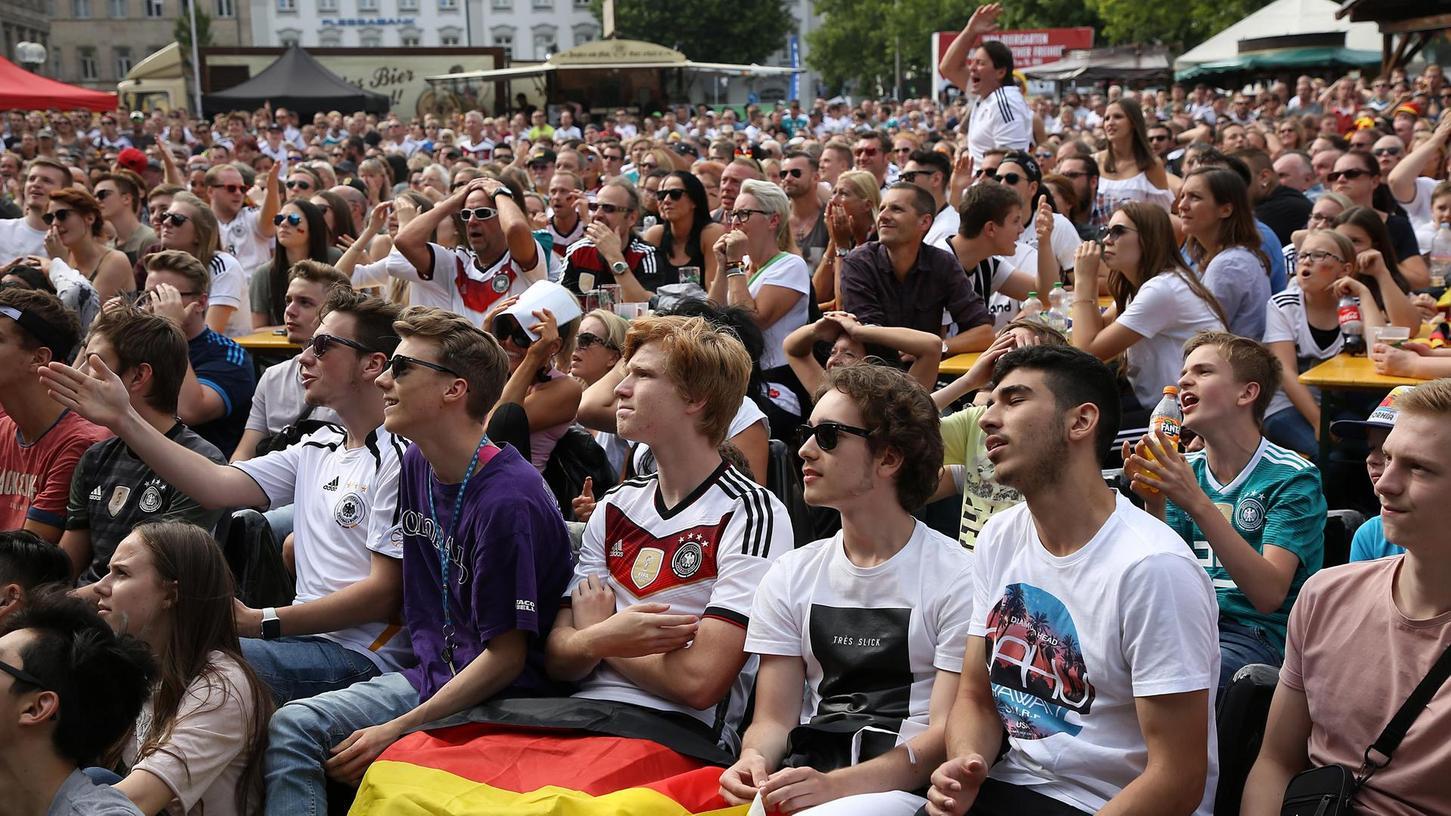 So dicht gedrängt wie zur WM 2018 wird das Public Viewing auf der Freiheit diesmal nicht ausfallen. Maximal 500 Menschen dürfen an Biertischen Platz nehmen.