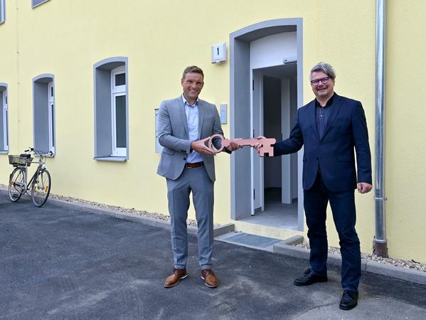 Bürgermeister und Gewobau-Vorsitzender Jörg Volleth übergab dem Erlanger Sozialreferenten Dieter Rosner symbolisch einen Schlüssel.