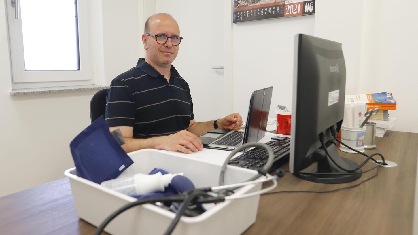 Dr. Claudio del Prete betreut seine Patientinnen und Patienten sowohl physisch in der Praxis als auch virtuell per Digital-Sprechstunde.