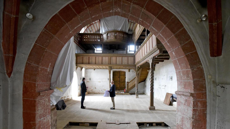 Präsentiert sich selbst als Baustelle beeindruckend: Die Kirche St. Veit wird vom Fußboden bis zum Dach saniert. Das kostet etwas über 700 000 Euro. An Ostern 2022 sollen wieder Gottesdienste möglich sein.