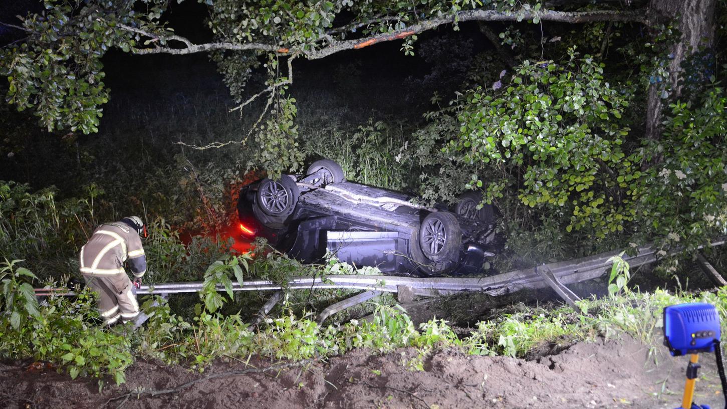 Der Fahrer konnte sich selbst aus dem völlig zerstörten Wagen befreien.