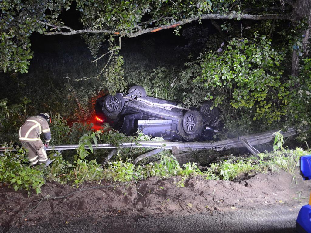 Unfall Fürth Herboldshofer Str. Ecke Mannhofer Str., PKW kommt von Fahrbahn ab, durchbricht die Leitplanke und landet kopfüber in einem Bachlauf, eine Person leicht verletzt, 11.06.2021, ToMa-Fotografie