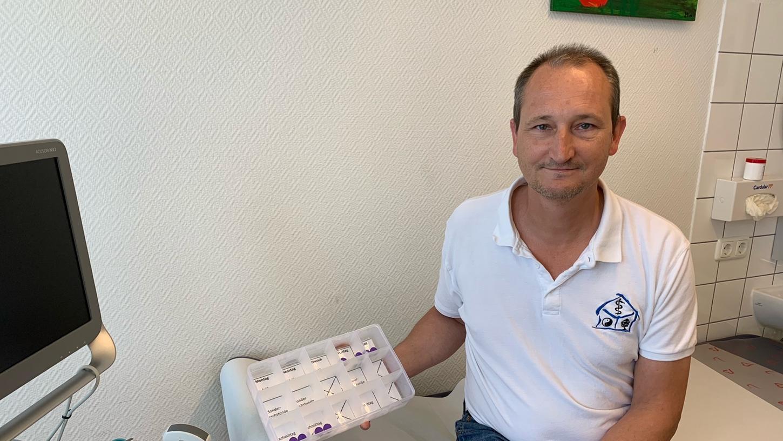 Nur noch acht Fläschchen Biontech im Kühlschrank: Für die Hausarztpraxen, sagt Dr. Marc Metzmacher, ist nicht das Impfen als solches das Problem, sondern der fehlende Impfstoff.