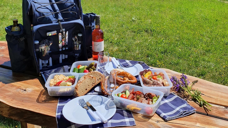 Picknickrucksäcke sind die pandemiebedingte Alternative zu den beliebten Schlemmerwanderungen durch die Streuobstwiesen bei Burgbernheim.