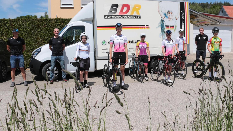 Machte sich vor Ort ein Bild von der Strecke: die Radsport-Nationalmannschaft der U19-Juniorinnen mit Michel Eder und Ernst Knauer (v. li.) vom RC Germania sowie Bundestrainer Lucas Schädlich (2. v. re.).