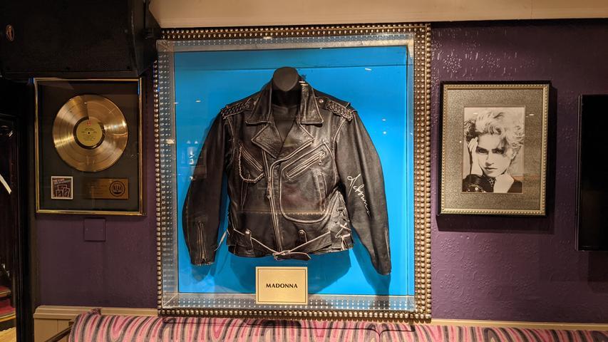 Eine Lederjacke von Sängerin Madonna im Londoner Hard Rock Cafe in der Old Park Lane.