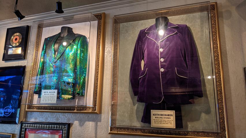 Ein purpurner Samtanzug von Rolling-Stones-Gitarrist Keith Richards im Londoner Hard Rock Cafe