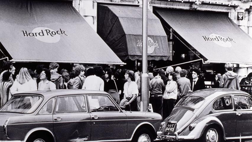 Kunden stehen vor dem Hard Rock Cafe Schlange