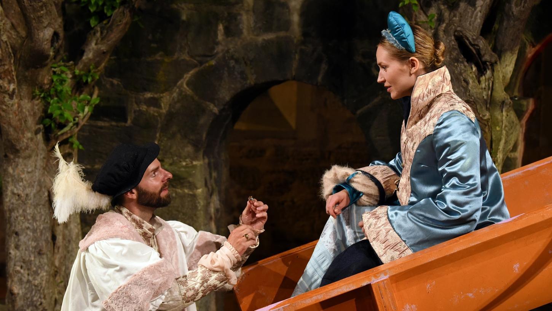 Ganz zum Schluss kommen sie doch noch zusammen: Lisa Ahorn als Helena und Joseph Reichelt als Bertram. Davor müssen sie, wie auch viele andere Schauspieler, die die Bühne dominierende Rutsche nach oben und unten begehen.