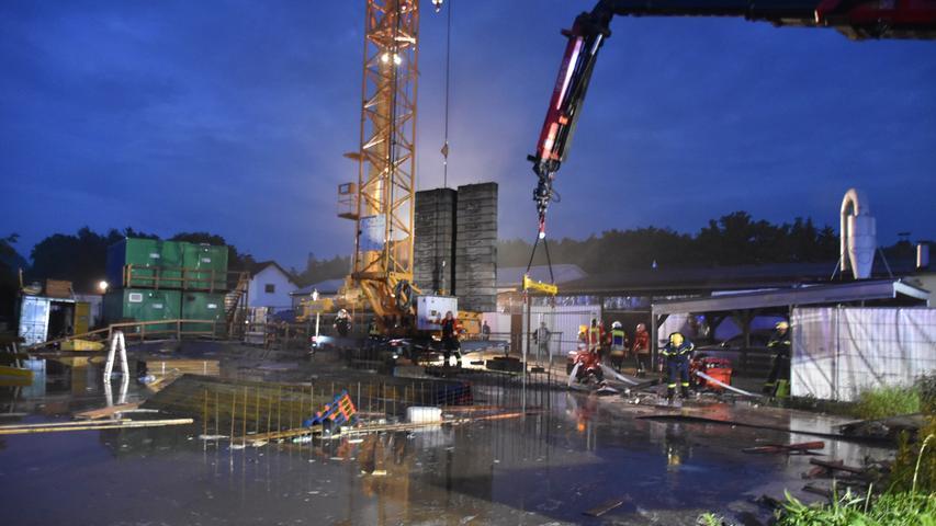 Foto: Josef Sturm (jstu) / 11.06.2021..Motiv: Überflutete Baugrube Allersberg....Allersbergunwetter2021