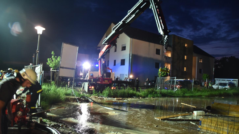 Der Starkregen am Abend des 10. Juni in Allersberg flutete einegroße Baugrube. Ein Kran drohte umzustürzen.
