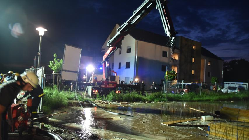Unwetter in Allersberg: Baugrube läuft voll, Kran droht umzustürzen