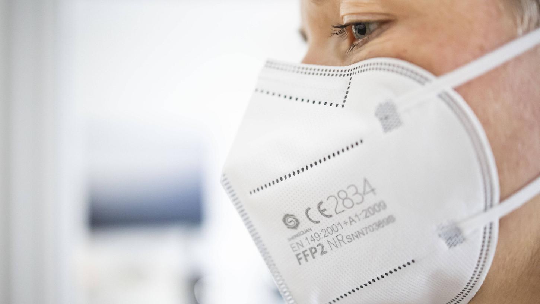 Eine Frau trägt eine sogenannte FFP2-Maske zum Schutz vor dem Coronavirus.