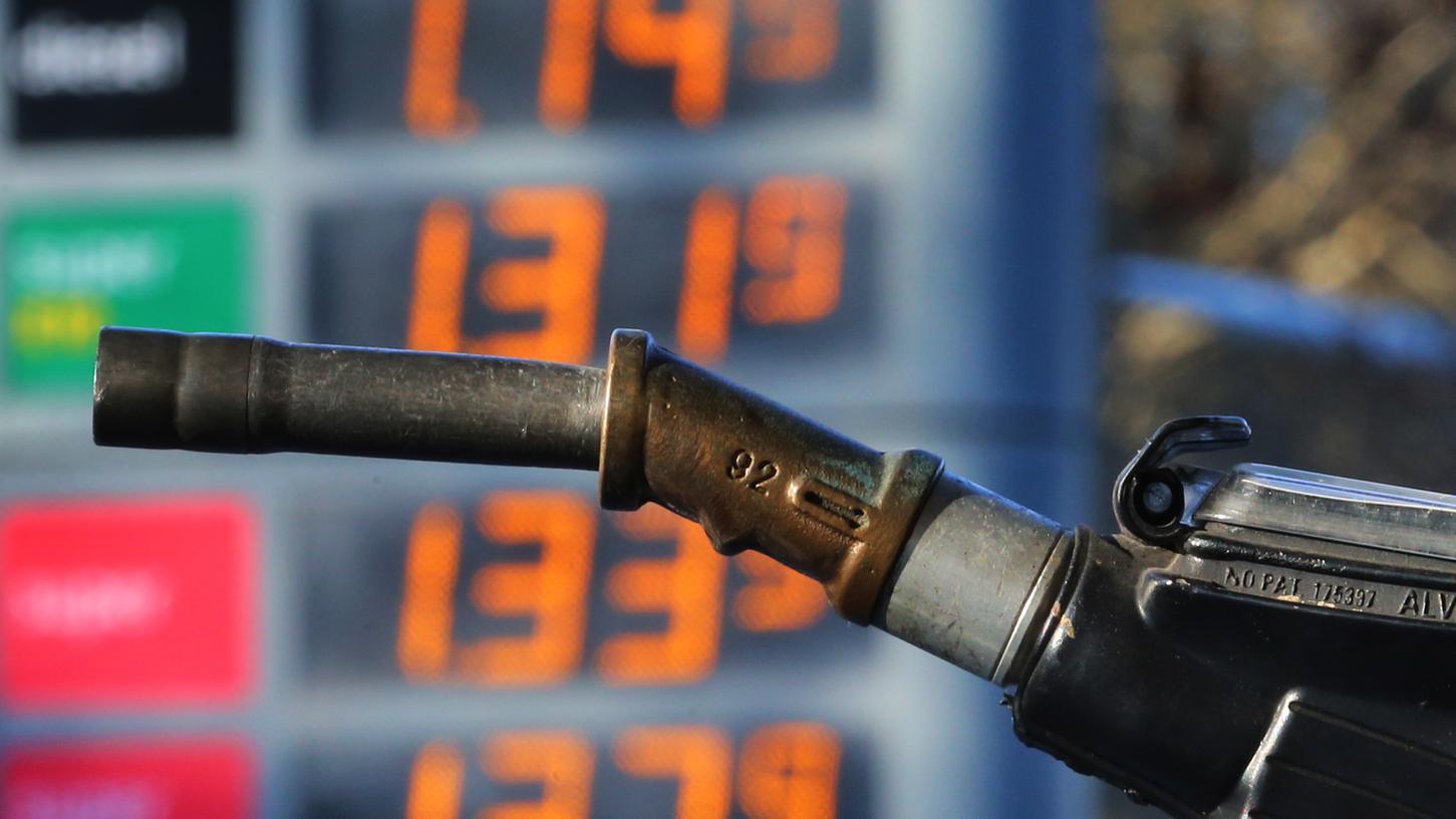 Hinter einer Zapfpistole sind an einer Tankstelle Benzinpreise zu sehen. Benzin wirdteurer, so Brinkhaus.