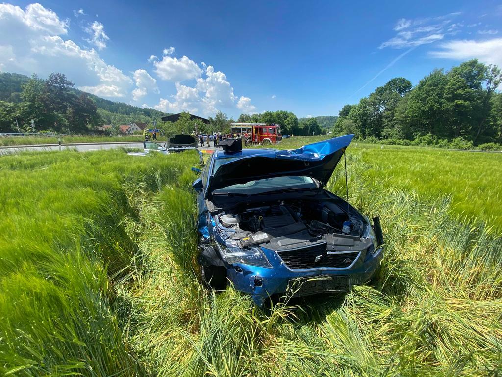 Am Freitag (11.06.2021) kam es auf der Staatsstraße 2181 bei Bayreuth zur Kollision zwischen zwei Fahrzeugen. Laut ersten Informationen war ein Fahrer von Bayreuth in Richtung Weidenberg unterwegs, als eine 75-jährige Autofahrerin aus Untersteinach geradeaus fahren wollte. Der Autofahrer bemerkte die von rechts kommende 75-Jährige zu spät und es kam zum Zusammenstoß. Dabei wurden beide Fahrzeuge in ein Feld geschleudert. Die 75-jährige Autofahrerin wurde lebensgefährlich verletzt. Ein Sachverständiger wurde hinzugerufen. Foto: NEWS5 / Holzheimer Weitere Informationen... https://www.news5.de/news/news/read/21116