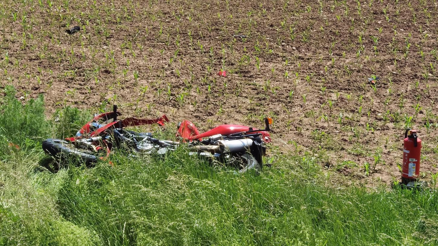 Die Maschine blieb schwer beschädigt in einem Acker liegen.