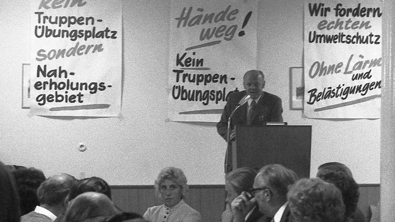 """Wie am Vortag in Feucht, so reichte gestern abend auch der Saal des """"Moorenbrunner Hofes"""" nicht für die Bürger, die gegen den geplanten US-Truppenübungsplatz vor ihrer Haustür protestierten. Rudolf Hilgert (am Rednerpult) begrüßte dazu SPD-Bundestagsabgeordneten Hans Batz, die Landtagsabgeordneten Lilo Seibel und Leonhard Heiden (SPD) sowie Bürgermeister Peter Höffkes (Fischbach) und seine Amtskollegen aus den anderen betroffenen Gemeinden. Der Tenor: Gegenwehr mit (zunächst noch) allen legalen Mitteln wird angestrebt."""
