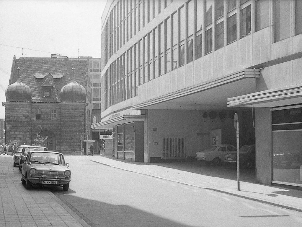 Unbewacht stand der Panzerwagen an der Mauthalle bei der Ladeeinfahrt des Kaufhof, als die Unbekannten den VW-Kombi mit einem Nachschlüssel öffneten. Im Hintergrund das Haus, in dem die Beamten des Polizeireviers 4 untergebracht sind.