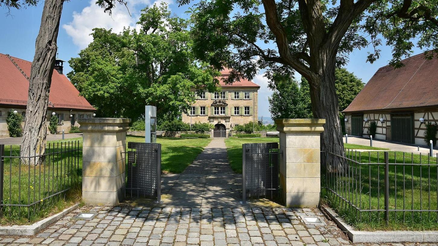 Idyllisches Ensemble: Das Schloss sowie die in Veranstaltungsorte verwandelte Scheune (rechts) und das Ex-Forsthaus.