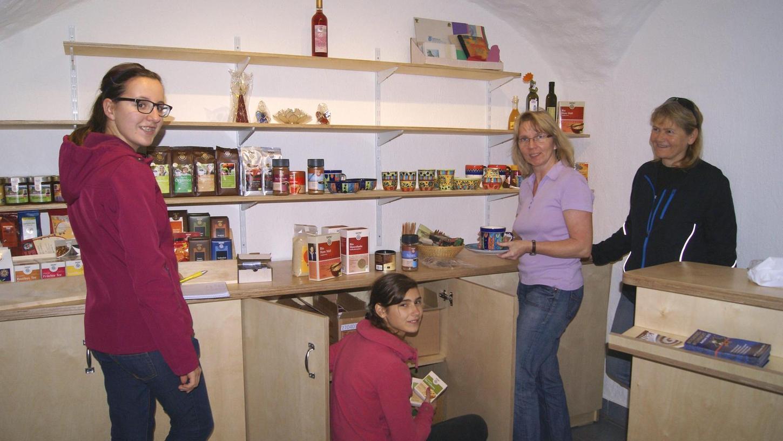 Im November 2013 wurde der Weltladen im Untergeschoss von Haus Emaus eingerichtet. Ehrenamtliche wie Martina Heberl (2.v.r.) verkaufen bereits seit 1990 fair gehandelte Lebensmittel und spenden den Erlös.