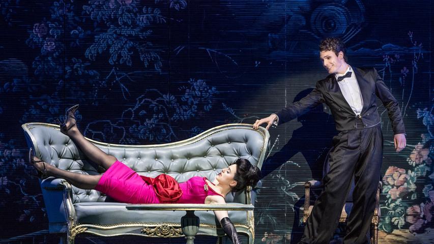Zimmerkellner Albert (Jörn-Felix Alt) ist in die zickige spanische Infantin Isabella (Andromahi Raptis) verschossen.