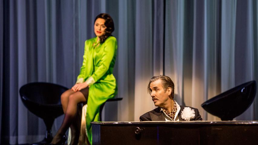 Wenn der Hotelbesitzer(Ulrich Allroggen) am Flügel sitzt, schüttet Infantin Isabella (Andromahi Raptis) plötzlich ihr Herz aus.