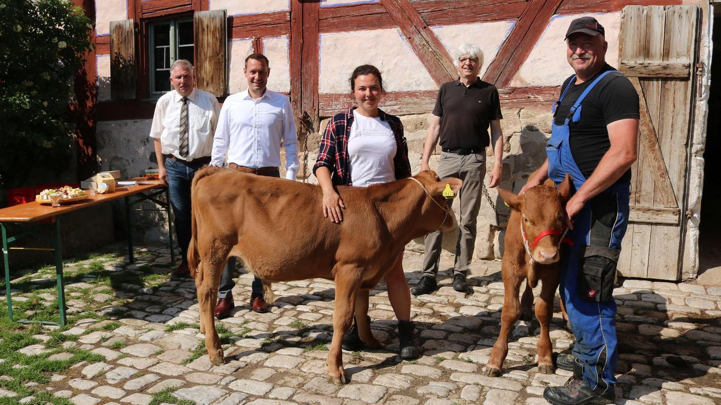 Hans-Jürgen Regus, Dr. Armin Kroder, Nicole Hammel, Dr. Herbert May sowie Landwirt Gerhard Enßner (von links) freuen sich über Fritz und Hanni als Zuwachs in Fränkischen Freilandmuseum.