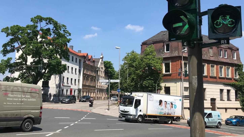 Seit gestern fließt der Verkehr in der Innenstadt wieder: Die Ampelanlage an der Güterhallen/Äußeren Brucker Straße ist – ausgestattet mit der neuesten Technik für rund 50 000 Euro – wieder in Betrieb gegangen. Damit enden auch mehrere Wochen des eingeschränkten Verkehrs an diesem Knotenpunkt der Innenstadt.