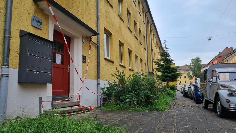 Seit Donnerstagabend steht das Haus in der Speyerer Straße leer, weil durch das Unwetter tiefe Risse im Keller entstanden sind und die Statik unsicher ist. Jetzt hat der Boden noch weitere 60 Zentimeter nachgegeben.