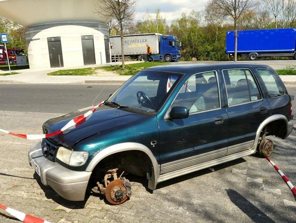 Illegale Müllentsorgungen kommen immer wieder im Landkreis Forchheim vor, wie die Polizei regelmäßig berichtet. Auch an Autobahnparkplätzen in ganz Deutschland sind illegale Abfall-Ablagerungen häufige Funde der Autobahnpolizei, wie hier, wo ein teilweise ausgeschlachtetes Schrottauto auf einem Parkplatz gefunden wurde.