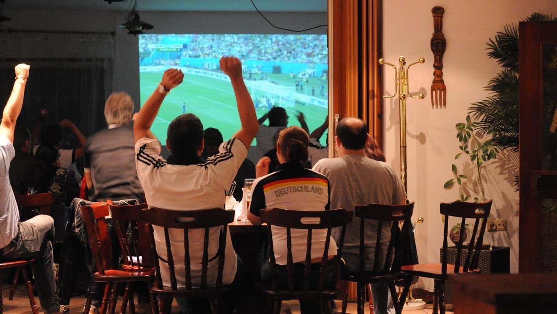 Selige Zeiten erlebten Fußballfans in Neumarkt 2014 bei der Übertragung des WM-Finales. In manchen Stuben ging es zumindest bis zum Abpfiff bereits halbwegs coronakonform zu.